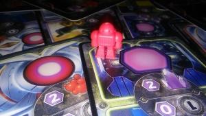 El robotito está triste porque nadie quiere jugar con él.